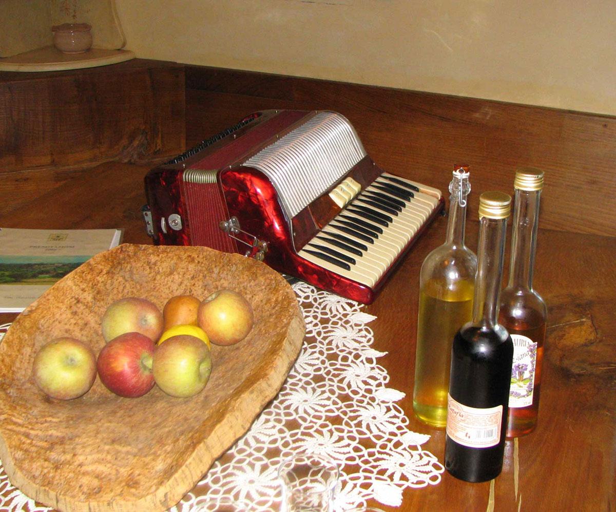 Accordéon sur la table de Enzo et son Lemoncello